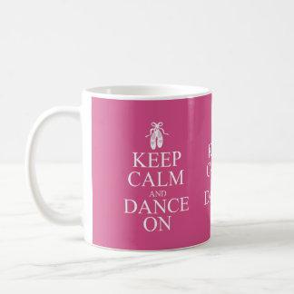 Guarde la calma y baile en rosa de los zapatos de taza de café