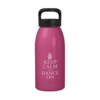 Guarde la calma y baile en rosa de los zapatos de botellas de agua reutilizables