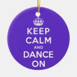Guarde la calma y baile encendido adorno