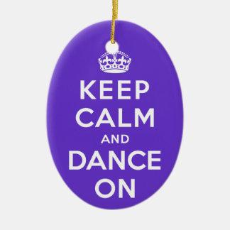 Guarde la calma y baile encendido adorno navideño ovalado de cerámica