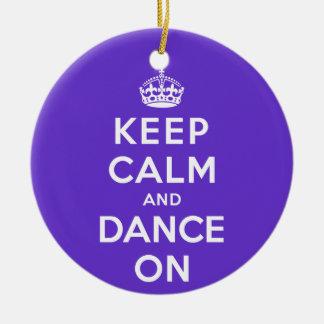 Guarde la calma y baile encendido adorno navideño redondo de cerámica