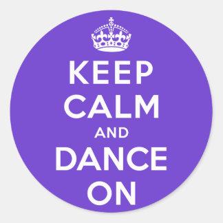 Guarde la calma y baile encendido pegatina redonda