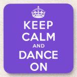 Guarde la calma y baile encendido posavasos de bebida