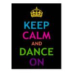 Guarde la calma y baile encendido postal