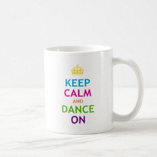 Guarde la calma y baile encendido taza