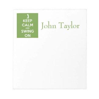 Guarde la calma y balancee en verde bloc de notas