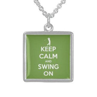 Guarde la calma y balancee en verde colgante cuadrado