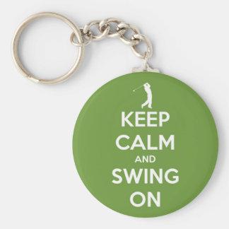 Guarde la calma y balancee en verde llavero redondo tipo pin