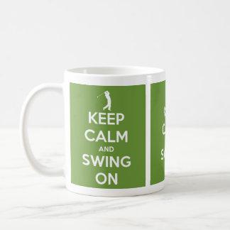 Guarde la calma y balancee en verde taza de café
