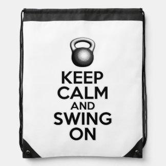 Guarde la calma y balancee encendido mochilas