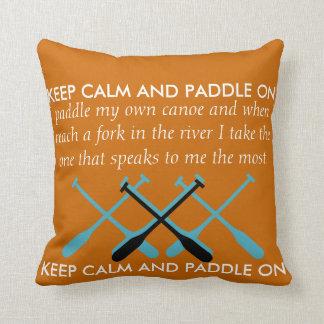Guarde la calma y bátase encendido almohadas