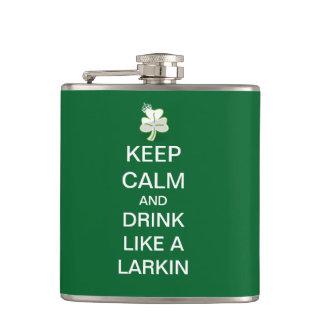 Guarde la calma y beba como un Larkin Petaca