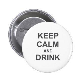 Guarde la calma y beba el gris azul negro pin