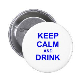 Guarde la calma y beba el gris azul negro pin redondo de 2 pulgadas