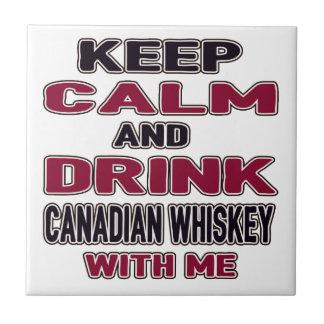 Guarde la calma y beba el whisky canadiense azulejo cuadrado pequeño