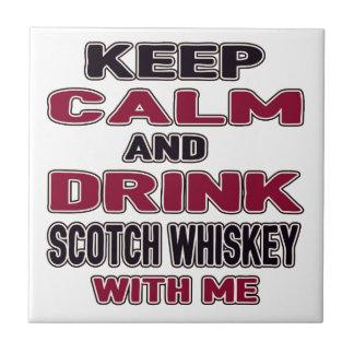 Guarde la calma y beba el whisky escocés conmigo azulejo cuadrado pequeño
