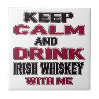 Guarde la calma y beba el whisky irlandés conmigo azulejo cuadrado pequeño