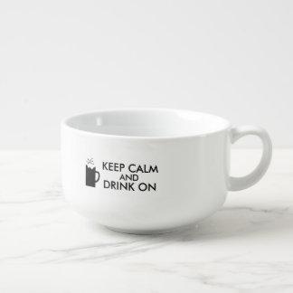 Guarde la calma y beba en amantes de la cerveza de cuenco para sopa