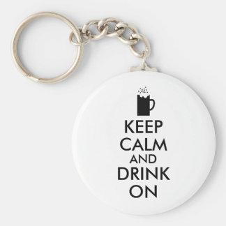 Guarde la calma y beba en amantes de la cerveza de llavero redondo tipo pin