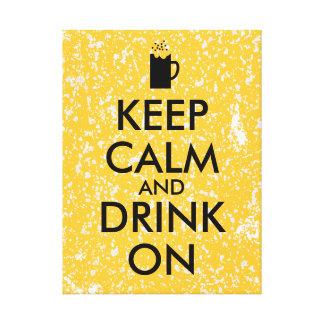Guarde la calma y beba en amantes de la cerveza de lona envuelta para galerías