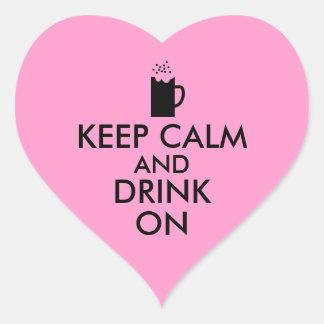 Guarde la calma y beba en amantes de la cerveza de pegatina en forma de corazón