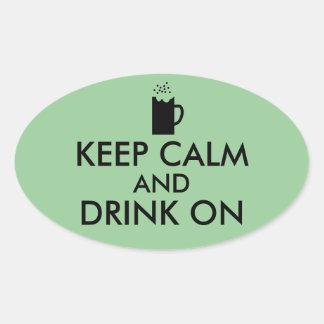 Guarde la calma y beba en amantes de la cerveza de pegatina ovalada