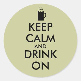 Guarde la calma y beba en amantes de la cerveza de pegatina redonda