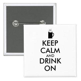 Guarde la calma y beba en amantes de la cerveza de pin cuadrado