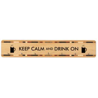 Guarde la calma y beba en amantes de la cerveza de portallaves de arce