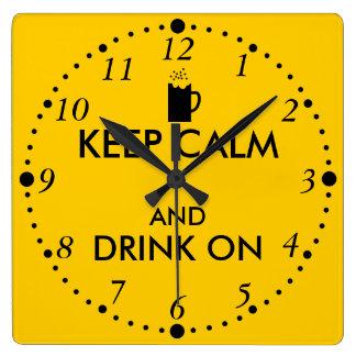 Guarde la calma y beba en amantes de la cerveza de reloj cuadrado