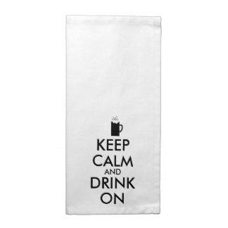 Guarde la calma y beba en amantes de la cerveza de servilleta de papel