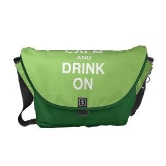 Guarde la calma y beba en bolso bolsas de mensajería