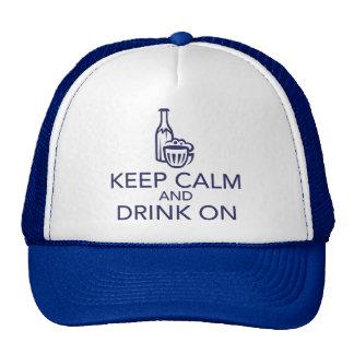 Guarde la calma y beba en el gorra del camionero d