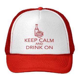 Guarde la calma y beba en el gorra rojo del camion