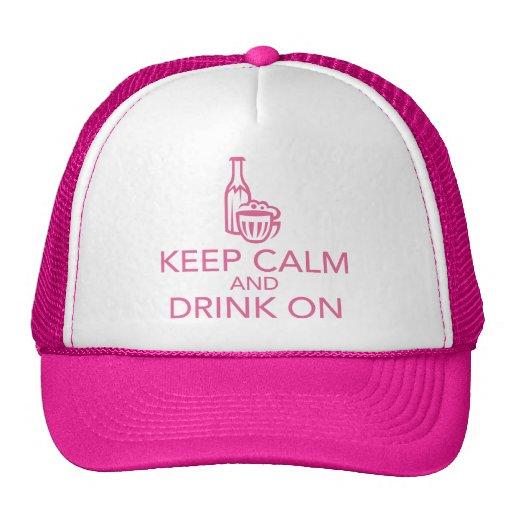 Guarde la calma y beba en el gorra rosado del cami