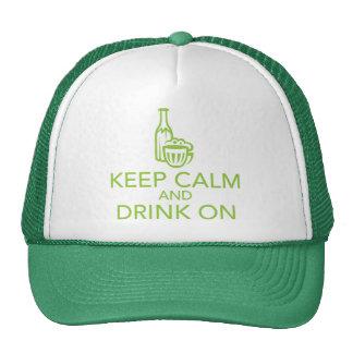 Guarde la calma y beba en el gorra verde del camio