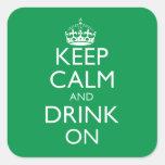 Guarde la calma y beba en el pegatina