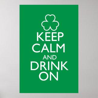Guarde la calma y beba en el poster verde