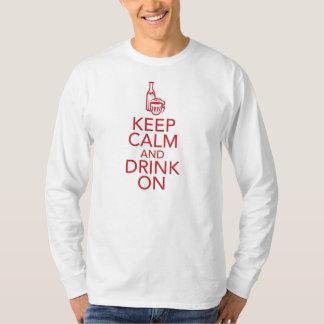 Guarde la calma y beba en la camiseta camisas