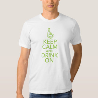 Guarde la calma y beba en la camiseta playera