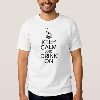 Guarde la calma y beba en la camiseta playeras