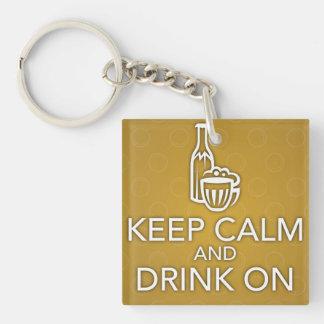 Guarde la calma y beba en llavero amarillo