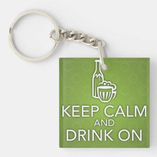 Guarde la calma y beba en llavero verde