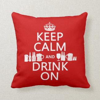 Guarde la calma y beba en (los colores adaptables) almohada