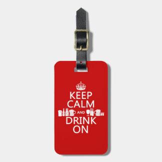 Guarde la calma y beba en (los colores adaptables) etiquetas maletas
