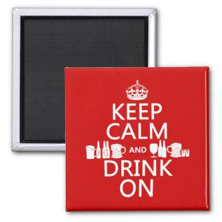 Guarde la calma y beba en (los colores adaptables) imán cuadrado