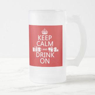 Guarde la calma y beba en (los colores adaptables) taza de cristal