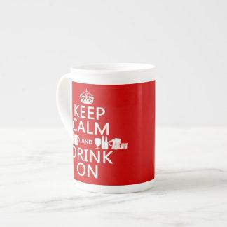 Guarde la calma y beba en (los colores adaptables) taza de porcelana