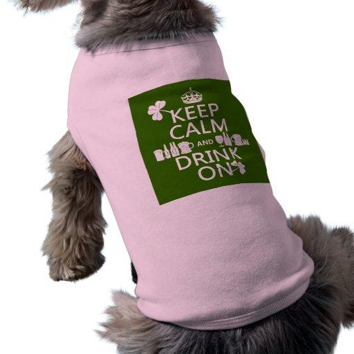 Guarde la calma y beba en (los patricks irlandeses camisa de perrito