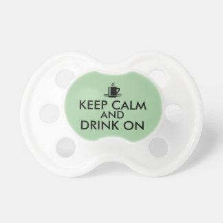 Guarde la calma y beba en personalizable del té chupetes de bebe